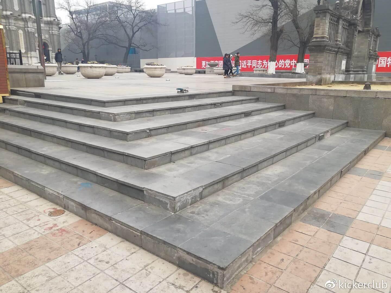 """(北京教堂6层虽然叫""""风往北吹"""",但是它的实际朝向是西面。)"""