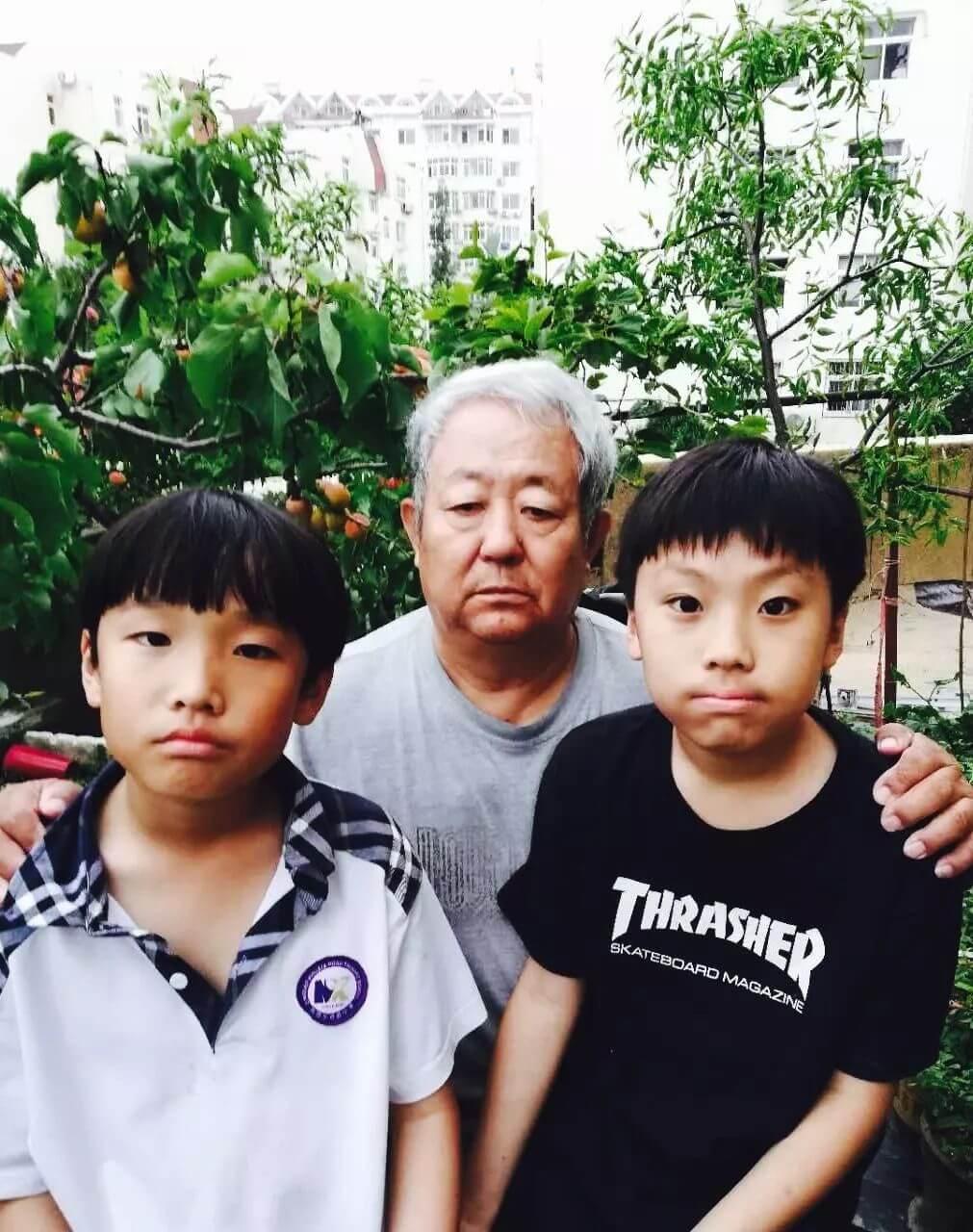 (袁飞的父亲和双胞胎儿子)