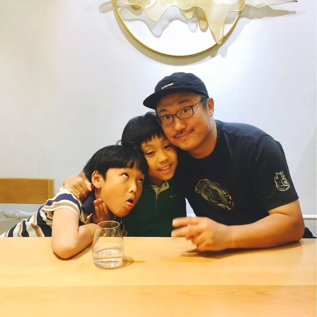 (袁飞和双胞胎儿子)